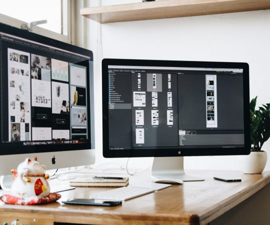 apple-computer-desk-326501